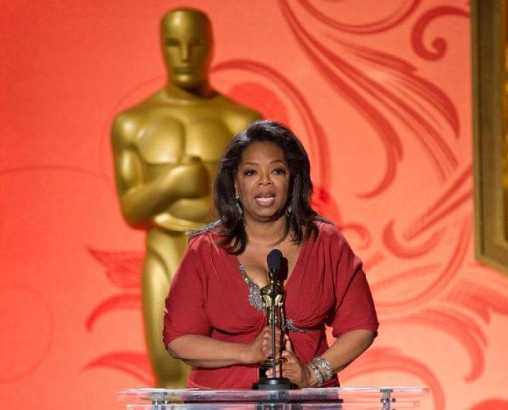 Oprah Winfrey sako padėkos kalbą.