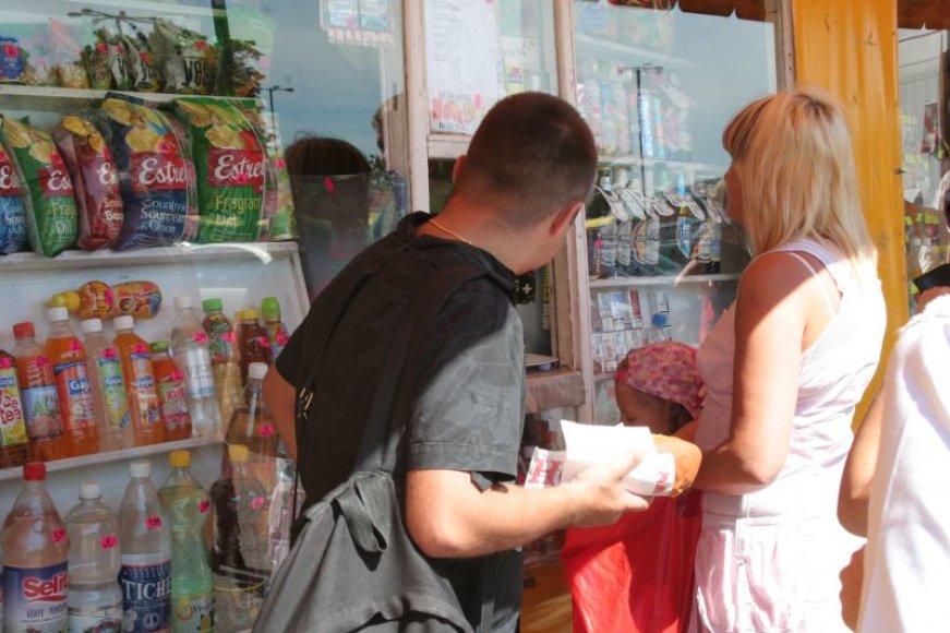 Kioskuose pardavinėjami karšti užkandžiai, saldumynai, alkoholis