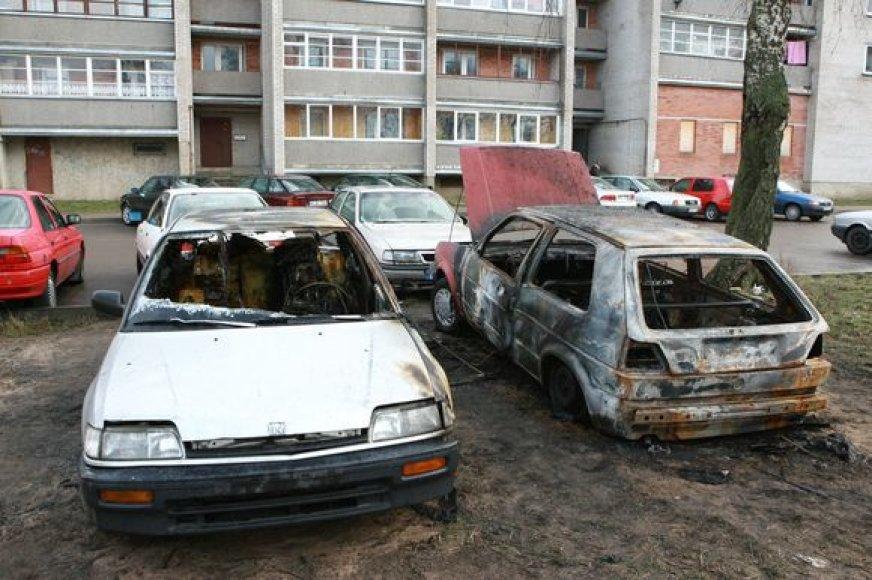 Minijos gatvėje savaitgalį degė trys automobiliai, du iš jų nukentėjo itin smarkiai.