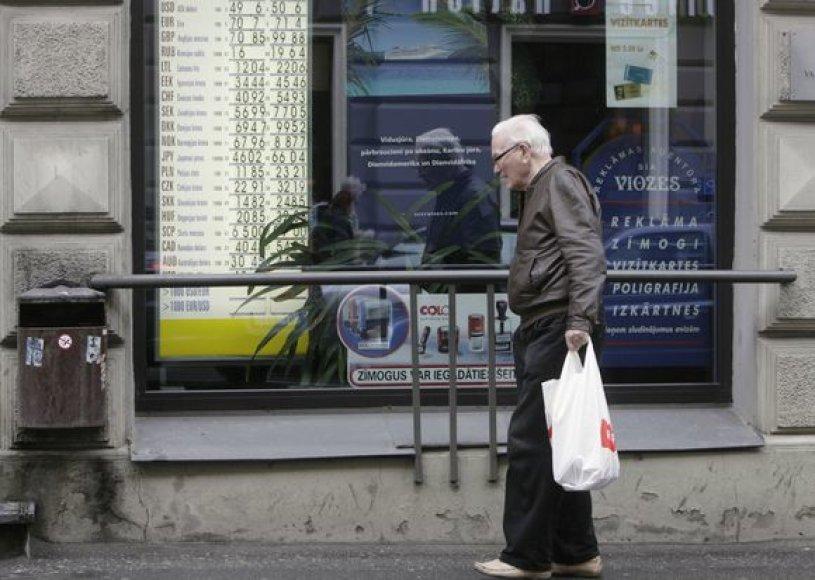 Latvijos pensininkams teks dar labiau susiveržti diržus.