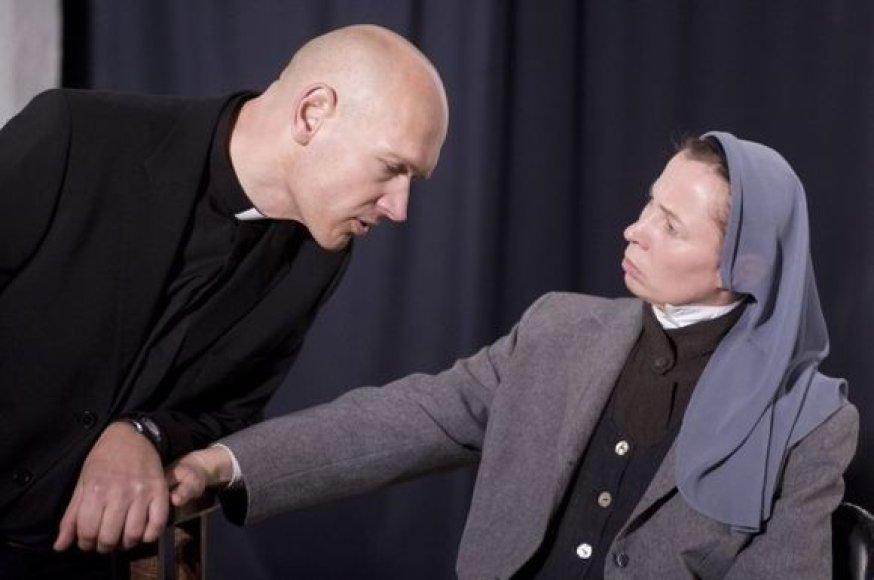 Pagrindinius vaidmenis spektaklyje kuria E.Mikulionytė ir P.Budrys.
