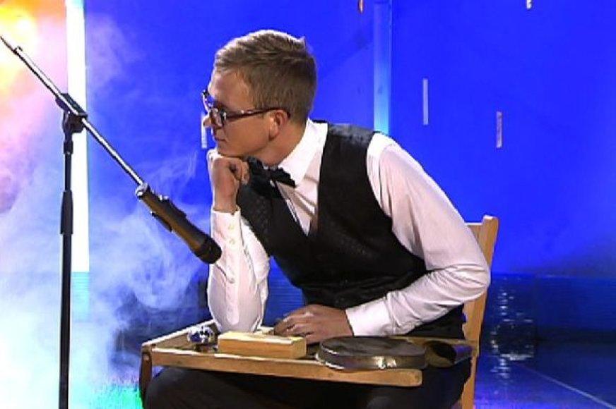"""Talentų šou """"2 minutės šlovės"""" lyriškai arfos muzikai bus pritariama... skalbimo lenta."""