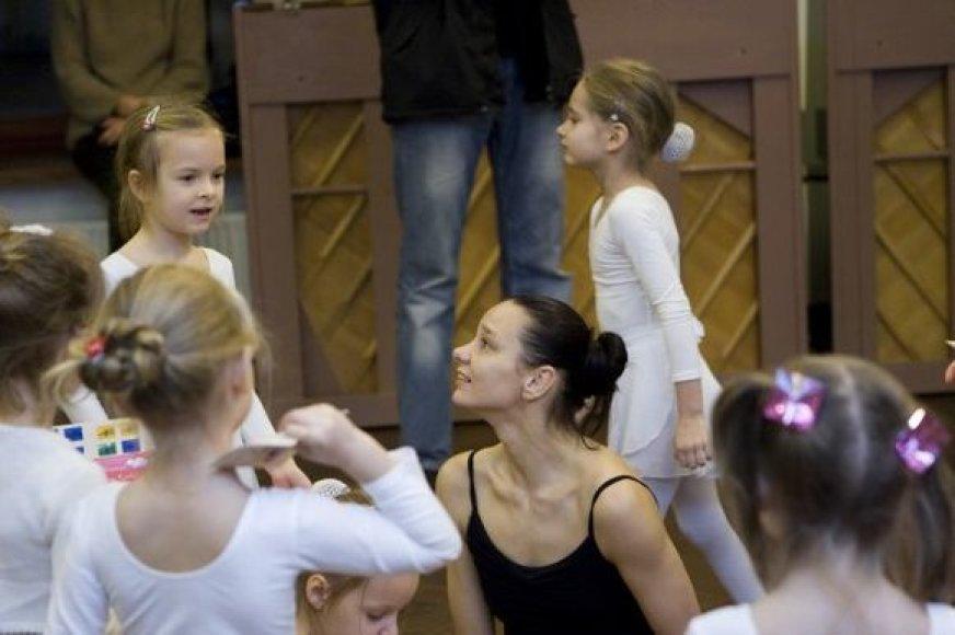 Eglė Špokaitė su mažosiomis mokinėmis savo baleto mokykloje