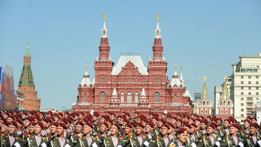 Parade dalyvauja rekordiškai daug per laikotarpį nuo Sovietų Sąjungos žlugimo kariškių ir karinės technikos.