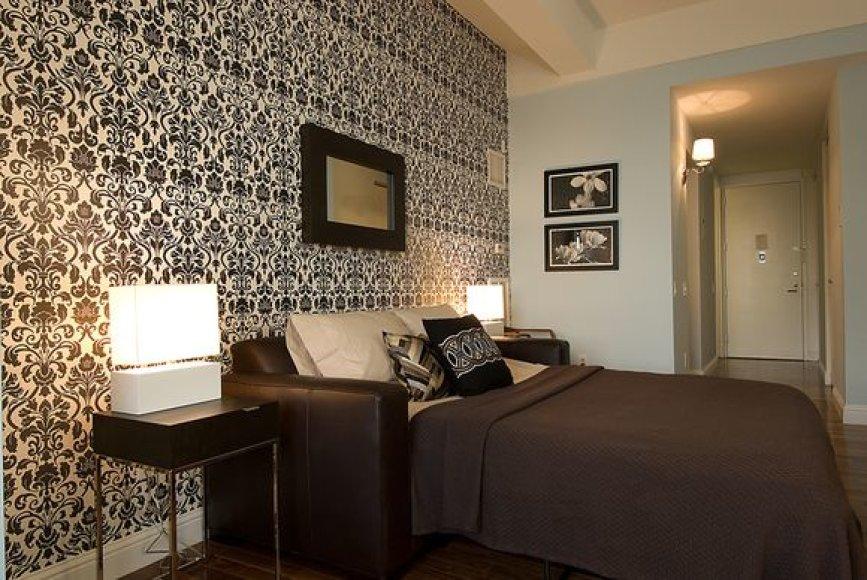 Šiais laikais madinga viename kambaryje derinti dviejų skirtingų spalvų ar raštų tapetus.