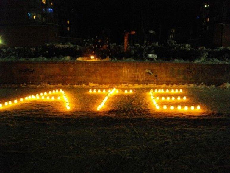 Iš žvakučių sudėliotas atsisveikinimo žodis
