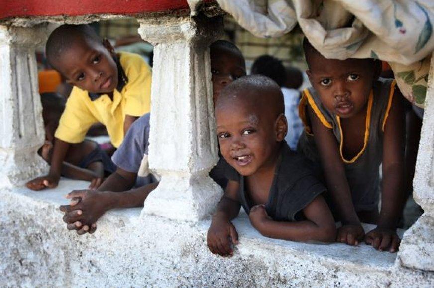 Vaikų namų globotiniai vis dar glaudžiasi po žemės drebėjimo apgriuvusiame pastate.