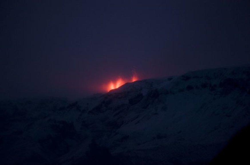 Islandijos padangę nušvietė nuo besiveržiančio ugnikalnio susidariusi pašvaistė.
