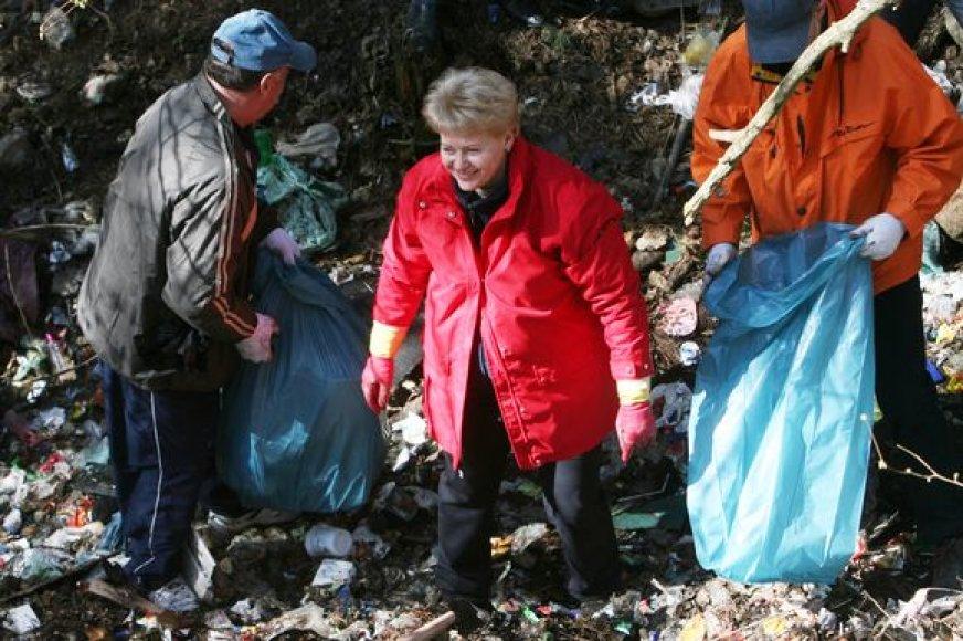 """Prezidentė Dalia Grybauskaitė dalyvavo akcijoje """"Darom 2010""""."""