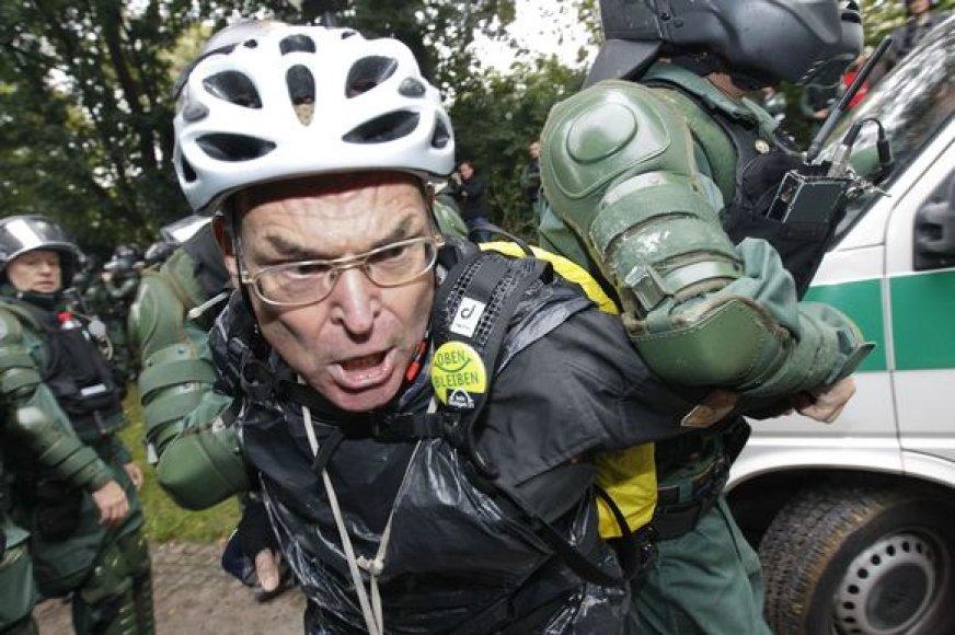 Audringi susirėmimai tarp riaušių policijos ir protestuotojų.