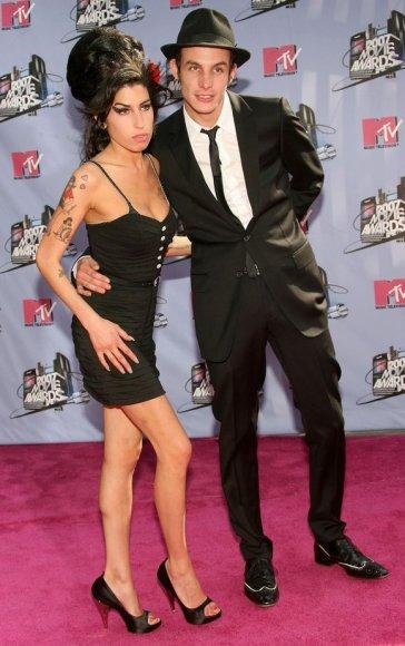 A.Winehouse savo sutuoktinį B.Fielderį-Civilį iškeitė į jauną dailų aktorių J.Bowmaną.
