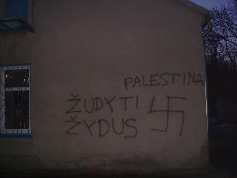 Išniekintas žydų bendruomenės pastatas Klaipėdoje.
