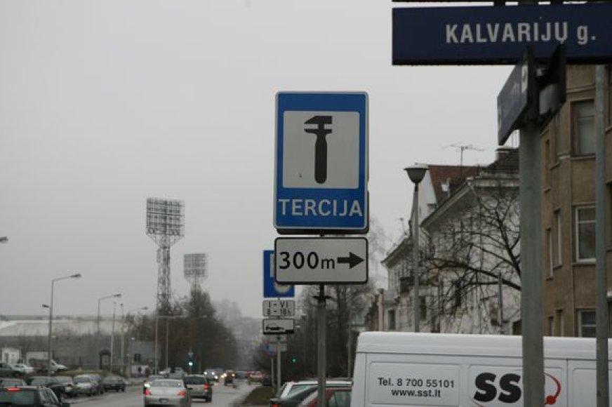 Reklaminiai kelio ženklai nebado miesto tvarkdarių akių – verslininkų bausti už įstatymo nesilaikymą neskubama.
