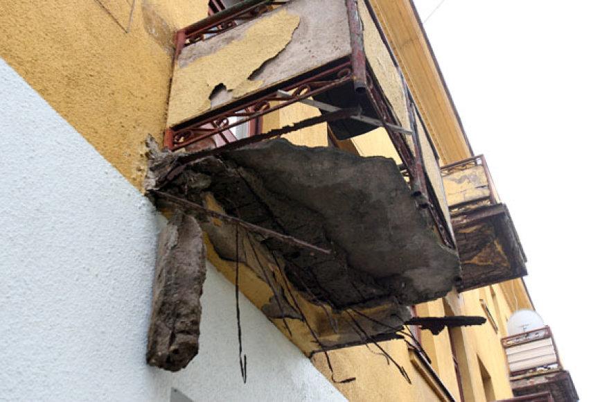 """Nuo greta kino teatro """"Romuva"""" stovinčio seno pastato trečiadienį apie pietus atskilęs balkonas vos nesutraiškė netoliese stovėjusio automobilio."""