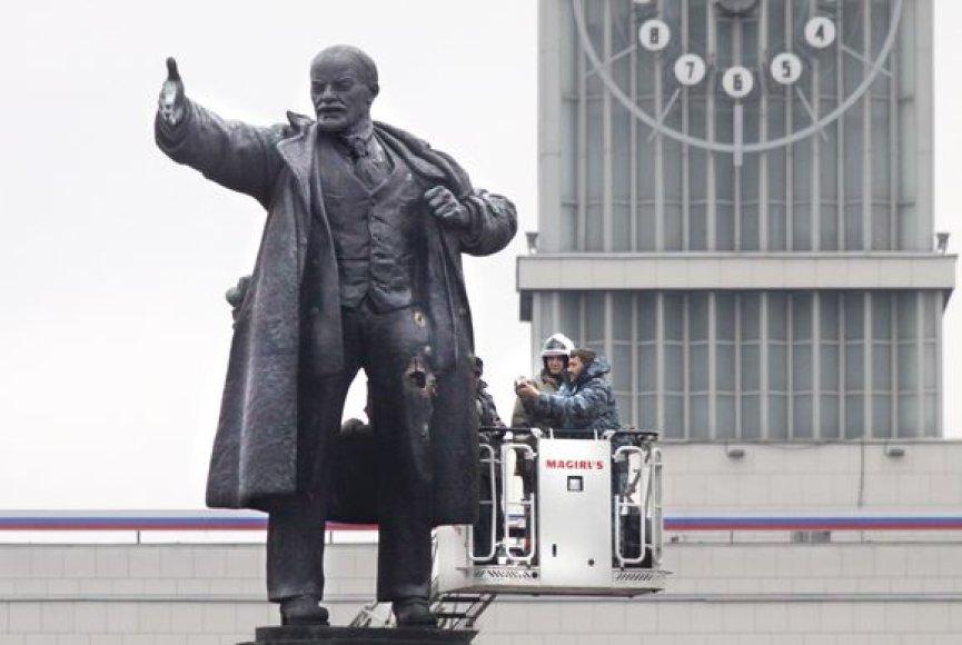 Saint Peterburge per sprogimą apgadintas Lenino paminklas.