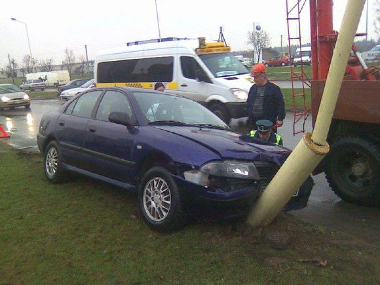 """""""Mitsubishi"""" kliudė kitą automobilį ir trenkėsi į stulpą."""
