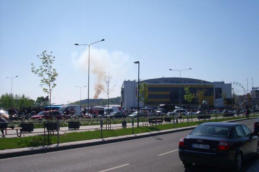 """Miško gaisras prie Vilniaus """"Akropolio"""" buvo matomas nuo """"Siemens"""" arenos."""
