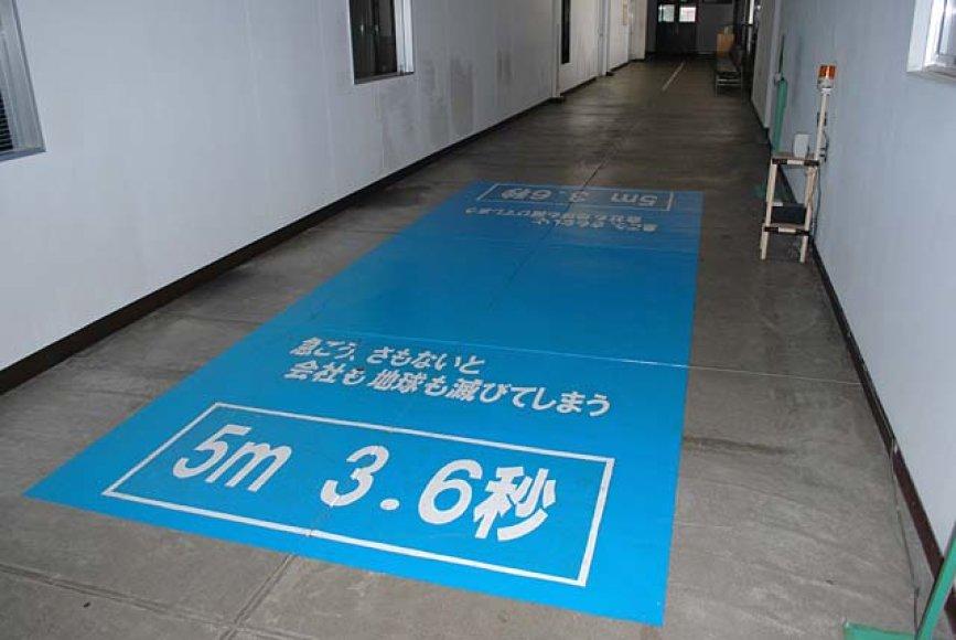 """Mėlynas ženklas su perspėjančiais užrašais – """"Jei neskubėsime, kompanija ir pasaulis žlugs""""."""