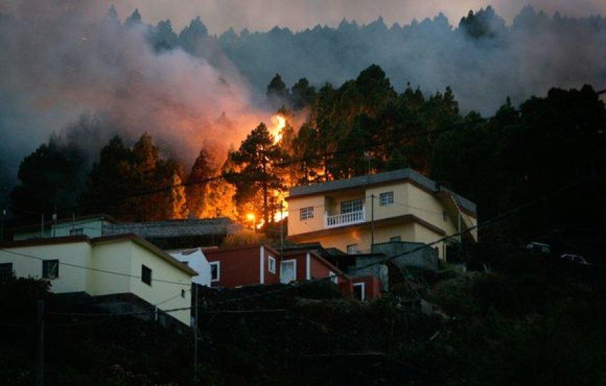 Ugnis niokoja Kanarų salą La Palmą.