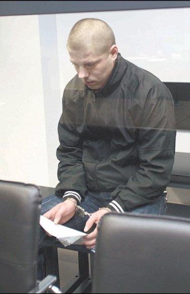 R.Muraškovas, kaip ir jo motina, aukų artimųjų raudų ir prakeiksmų klausėsi susigūžęs.