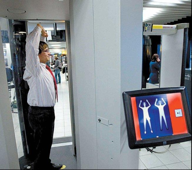 Amsterdamo Schipholo oro uoste keleiviai jau tikrinami kūno skeneriais.