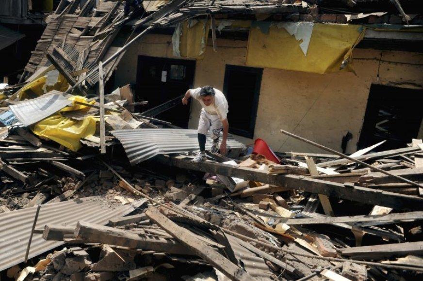 Žemės drebėjimas sugriovė daugybę pastatų.