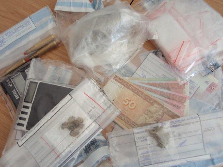 Sulaikyti narkotikų platinimu įtariami jaunuoliai.