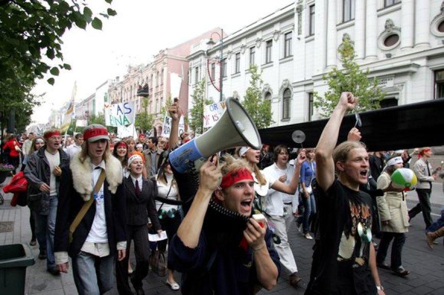 Tradicinė VU dėstytojų ir studentų eisena iš Savivaldybės aikštės Gedimino prospektu, Šventaragio, Pilies ir Šv. Jono gatvėmis link Universiteto Centrinių rūmų.