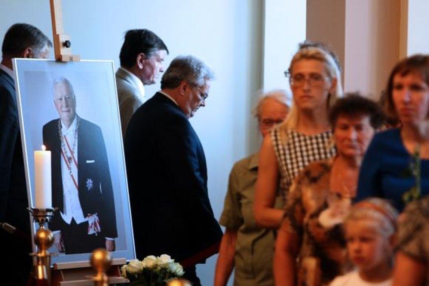 Prezidentą A.Brazauską į paskutinę kelionę palydėti plūsta visuomenė.