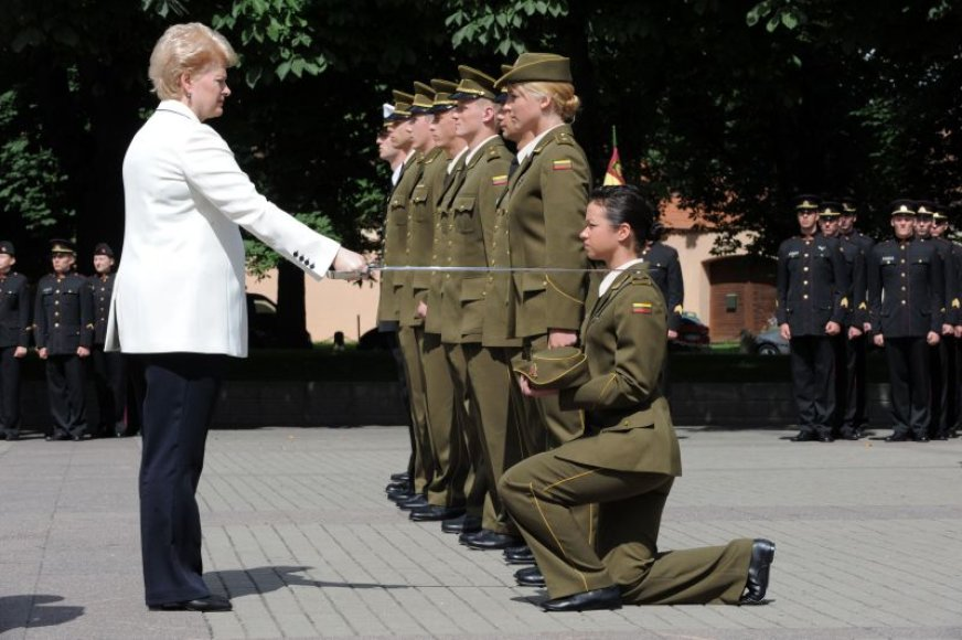 Prezidentė D.Grybauskaitė suteikė laipsnius kariūnams.