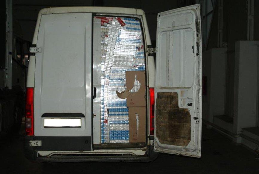 Sugedusiose duryse – kontrabandinių cigarečių dėžės.