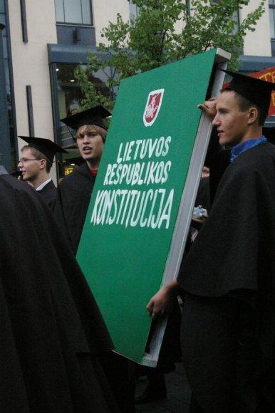 VU Teisės fakulteto studentai nešasi didžiulią Konstituciją.