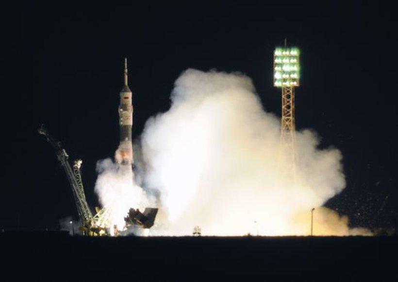 """Neseniai modernizuotas Rusijos kosminis laivas """"Sojuz"""" penktadienį pakilo iš Baikonūro kosmodromo Kazachstane."""