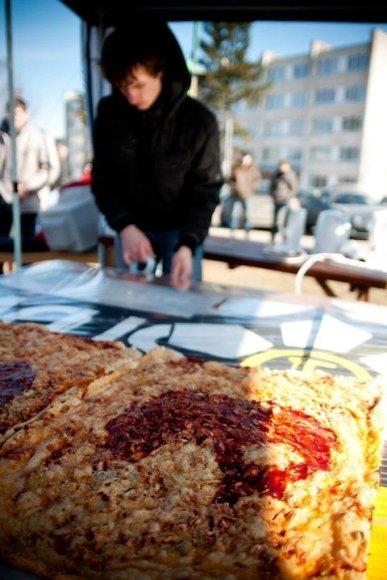 KTU InfoSA nariai iškepė didžiausią studentišką picą.