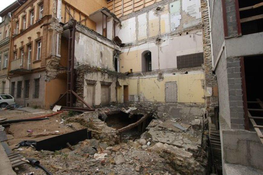 2007-aisiais griuvęs Šiaulių gatvės 8-ojo namo kampas iki šiol pūpso nesutvarkytas. Gyventojai priversti glaustis socialiniuose būstuose.