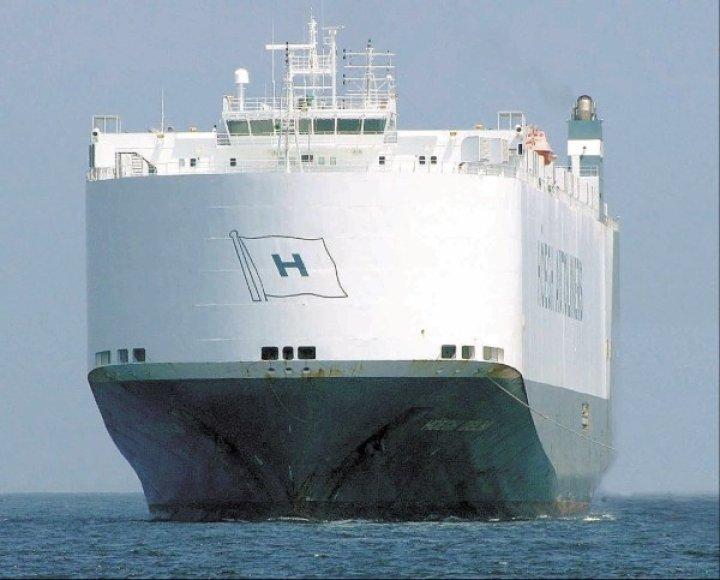 """Motorlaivis """"Hoegh Delhi"""" penktadienį iš Klaipėdos į Venesuelą išgabeno 535 traktorius ir 22 sunkvežimius, pagamintus Minske."""
