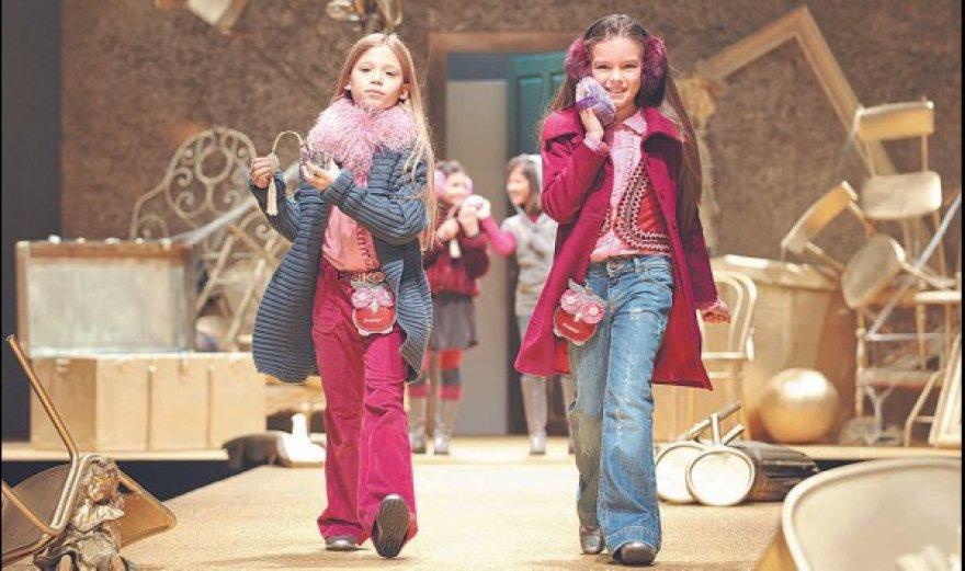 """Anot judėjimo """"Rožinė smirdi"""" atstovų, rožinė spalva skatina mergaičių inertiškumą ir grožio kultą."""