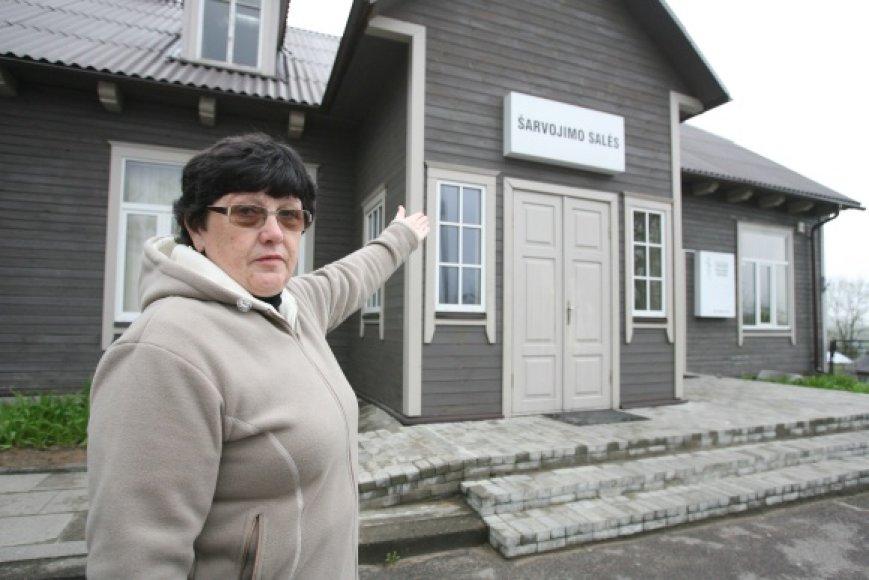"""D.Jermolajevą išvargino gyvenimas prie """"Šarvojimo salės"""" (į kurią rodo moteris – aut past.)."""