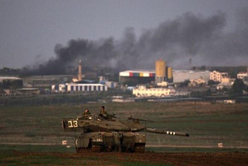Izraelio kareiviai žvalgosi iš tanko.