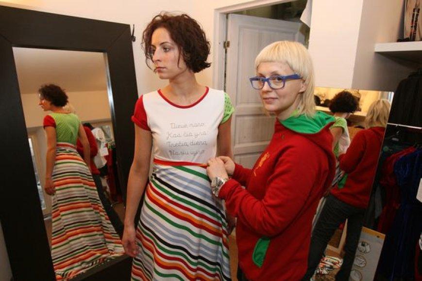 """Dizainerė Ieva Ševiakovaitė (dešinėje) su kolege pirmąją savo """"LT identity"""" kolekciją pristačiusios 2003 m. festivalyje """"Mados infekcija"""", intensyviai ruošiasi kovo mėnesį vyksiančiam jubiliejiniam mados festivaliui."""