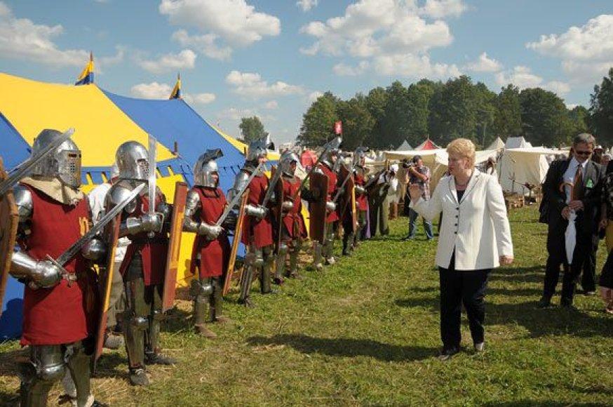 D.Grybauskaitė sveikinasi su kariais.