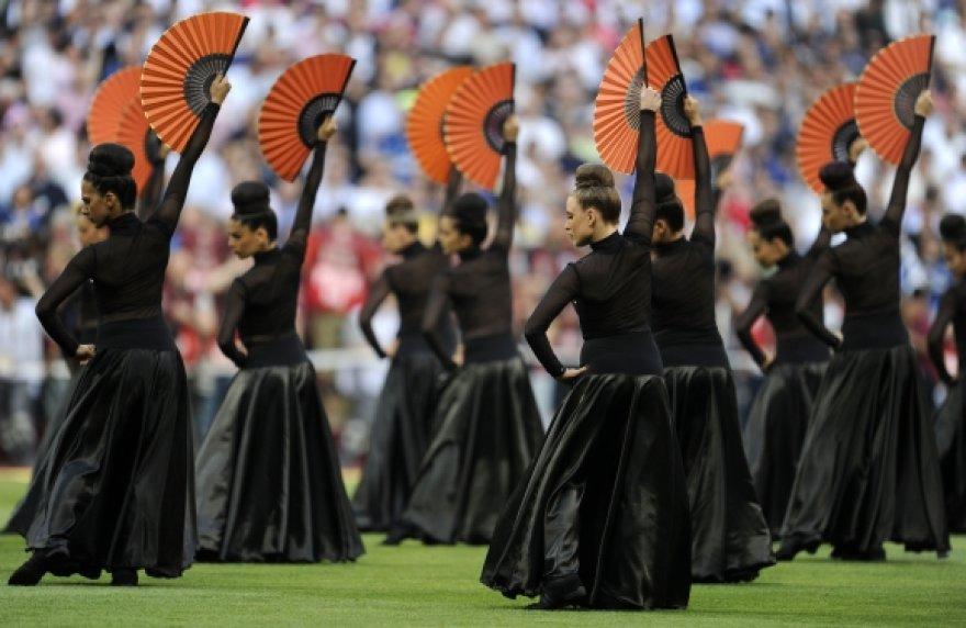 Prieš rungtynes stadione skambėjo flamenko muzika ir sukosi šokėjos.