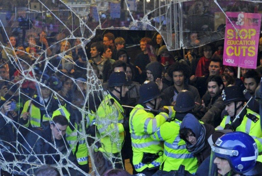 Studentų protesto akcija virto riaušėmis.