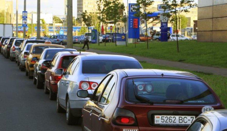 Automobilių eilė prie degalinės