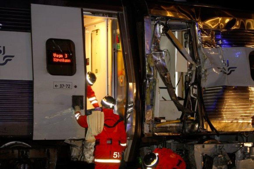 Nelaimės vietoje dirba gelbėtojai.