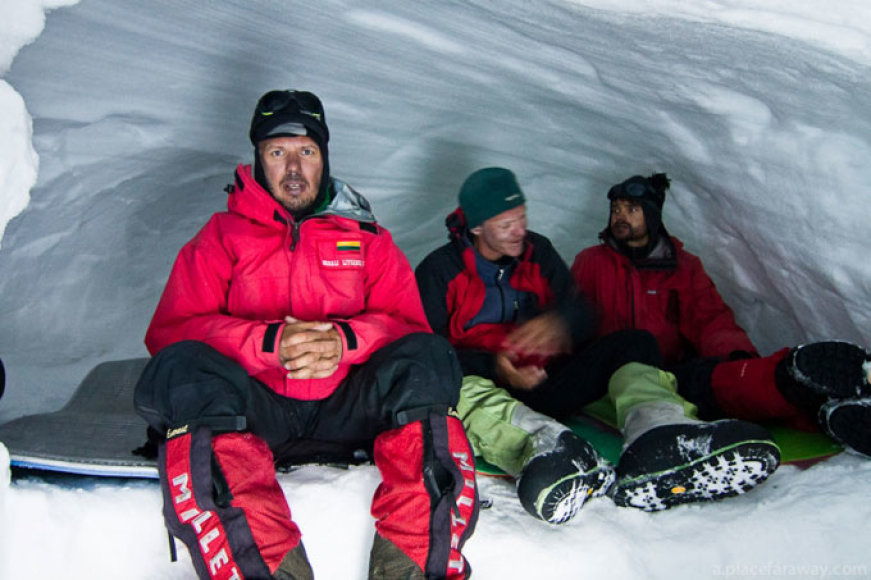 Alpinistams kartais tenka kasti tunelius (Ernestas Markšaitis - pirmas iš kairės)