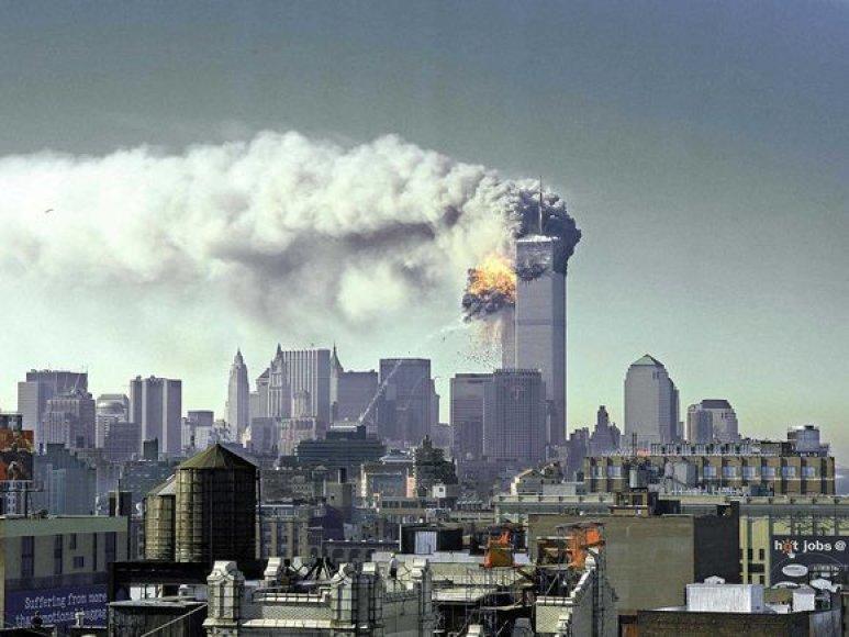 """2001 m. rugsėjo 11 d. su teroristine grupuote """"Al Qaeda"""" susiję teroristai užgrobė keturis keleivinius lėktuvus."""