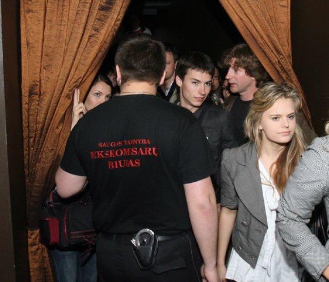 Klubų ir renginių lankytojai skundžiasi, kad dažnai apsaugos tarnybų darbuotojų elgesys peržengia leistinas ribas.
