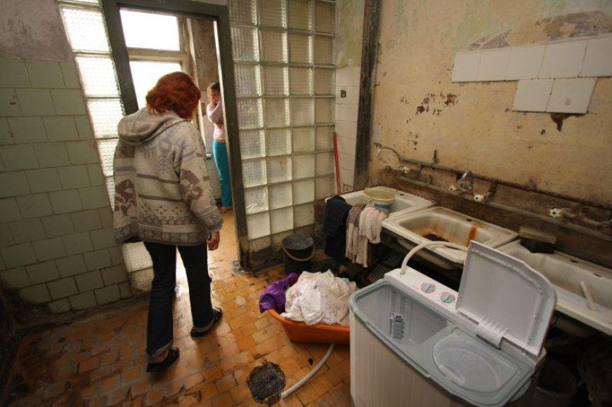 Tuo pačiu unitazu ir dušu naudojasi apie 40 bendrabučio gyventojų. Čia maudomi ir mažamečiai vaikai.
