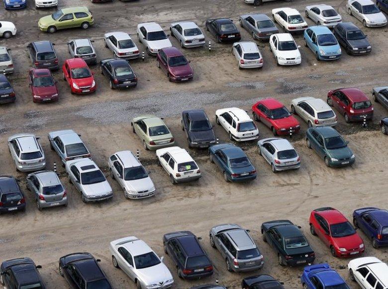 Naudotų automobilių verslo finansinė krizė kol kas stipriai nepalietė.